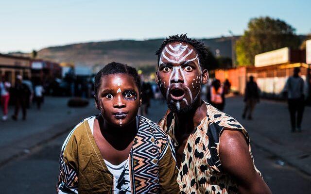 Krüptobuum Aafrikas - pildil kaks üllatunud aafriklast, sest krüptoraha kasutus Aafrikas kogub tuure