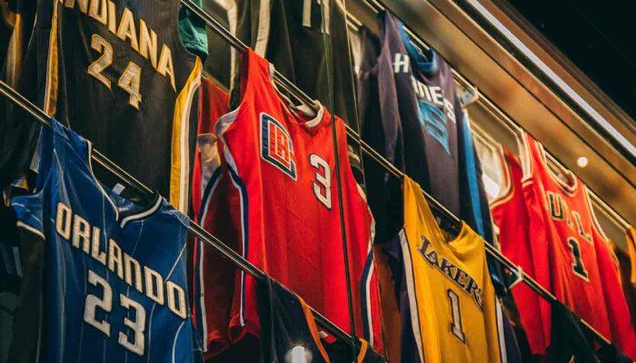 Pildil on erinevad profiliiga NBA särgid. Pilt illustreerib teemat: NBA Top Shot - uus mäng plokiahelal