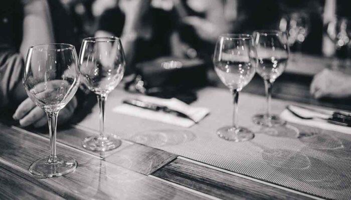 Pildil on restorani laud koos klaasidega, mis illustreerib 4,5 miljoni dollari lõuna