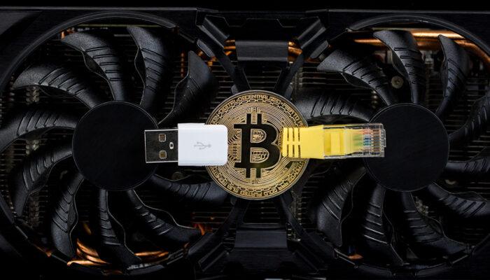 Pildil on arvuti graafikakaart koos bitcoini mündiga, mis illustreerib teemat:Mis juhtub, kui 2 bitcoini plokki leitakse samaaegselt?