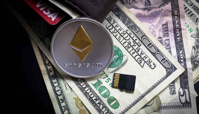 Pildil on USA dollarid, Ethereumi münt, mälukaart ning rahakott, mis illustreerivad teemat: DeFi ehk detsentraliseeritud rahandus - räägime lähemalt