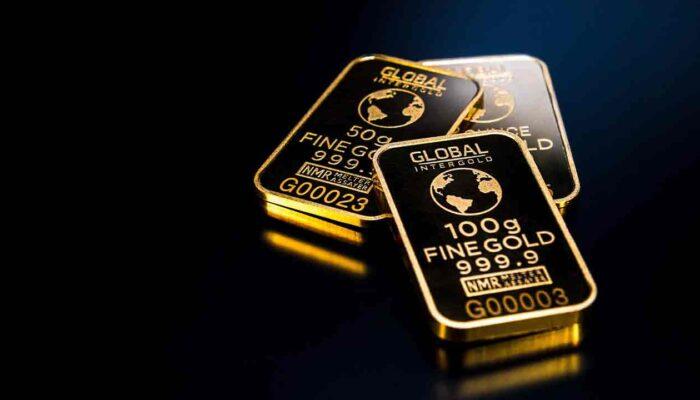 Pildil on kullaplaadid, mis illustreerib teemat: Kuld liigub ülesmäge, bitcoin külgsuunas