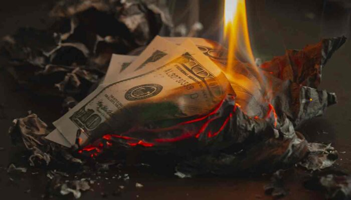 Pildil on leekides USA dollar, mis illustreerib teemat Föderaalreserv lubab kõrgemat inflatsiooni