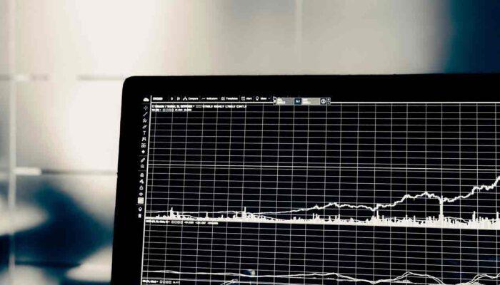 Pildil on arvutiekraanil kuvatud graafik, mis illustreerib teemat Detsentraliseeritud börsidel on näha rekordkäibeid