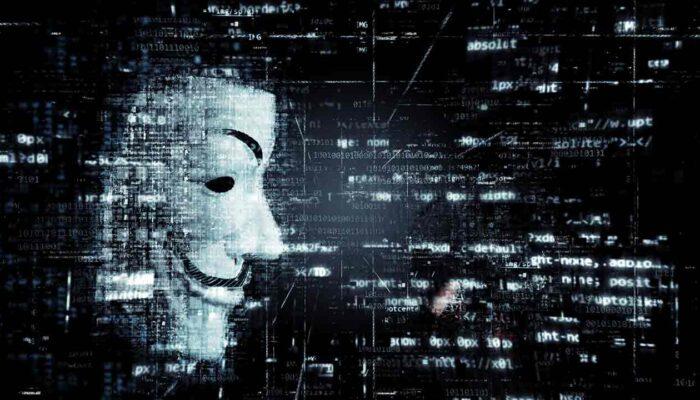 Pildil on häkkeri kujuis, mis illustreerib teemat Ethereum classic langes 51% rünnaku ohvriks