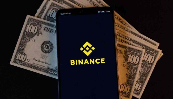 Pildil on Binance logoga telefon ning sularaha, mis illustreerib teemat Binance deebetkaart nüüd saadaval Euroopas