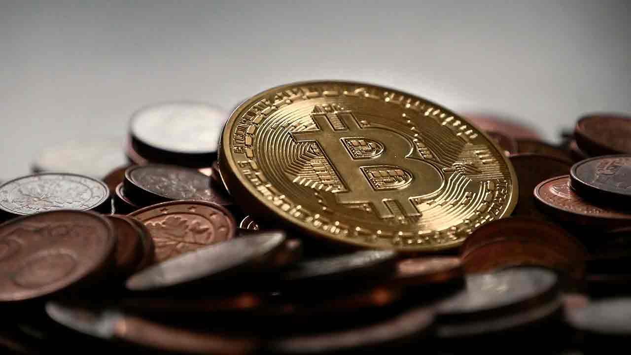 Pildil on müntide peal lebav bitcoin, mis illustreerib teemat MicroStrategy on ostnud $425 miljoni eest bitcoine