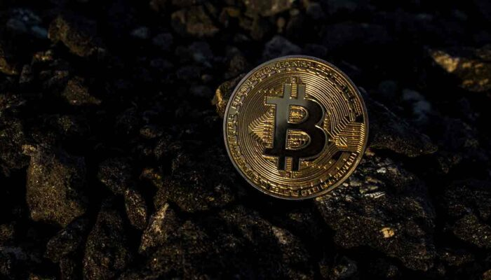 Pildil on Bitcoini münt, mis illustreerib teemat Mis annab Bitcoinile väärtuse?