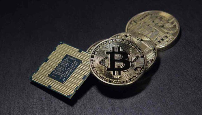 Pildil on krüptorahasid kujutavad mündid ja arvutikiip, mis illustreerib teemat Uus raport võtab kokku 2 aastat krüptomaastikul
