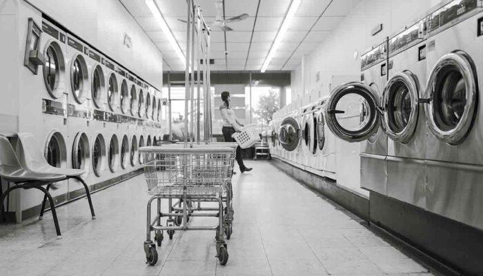 Pildil on pesumasinad, mis illustreerib teemat Bitcoin on rahapesijate meelisviis, või kas ikka on?