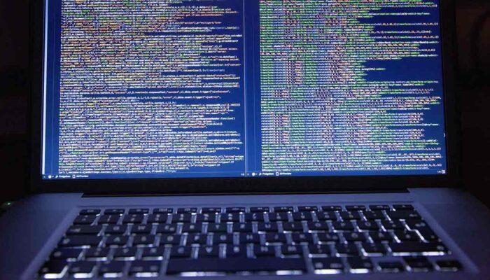Pildil on lähtekoodi kuvav arvuti, mis illustreerib teemat USA maksuamet tasustab Monero lahtimuukijat