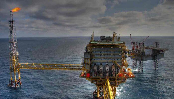 Pildil on nafta puurjaam, mis illustreerib teemat Naftatööstuse uus trend - maagaasist bitcoinid