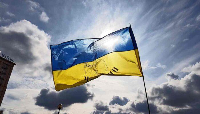 Pildil on Ukraina lipp, mis illustreerib teemat Krüpto adaptsiooni juhib Ukraina