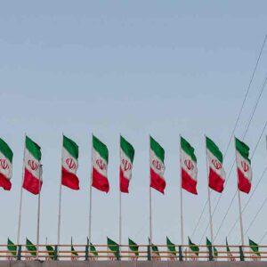 Pildil on Iraani lipud, mis illustreerib teemat Iraani keskpank ostab krüptoraha