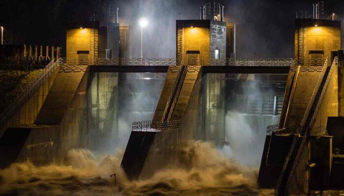 Pildil on hüdroelektrijaama tamm, mis illustreerib teemat Vihmaperioodi lõpp kärbib bitcoini kaevandamist