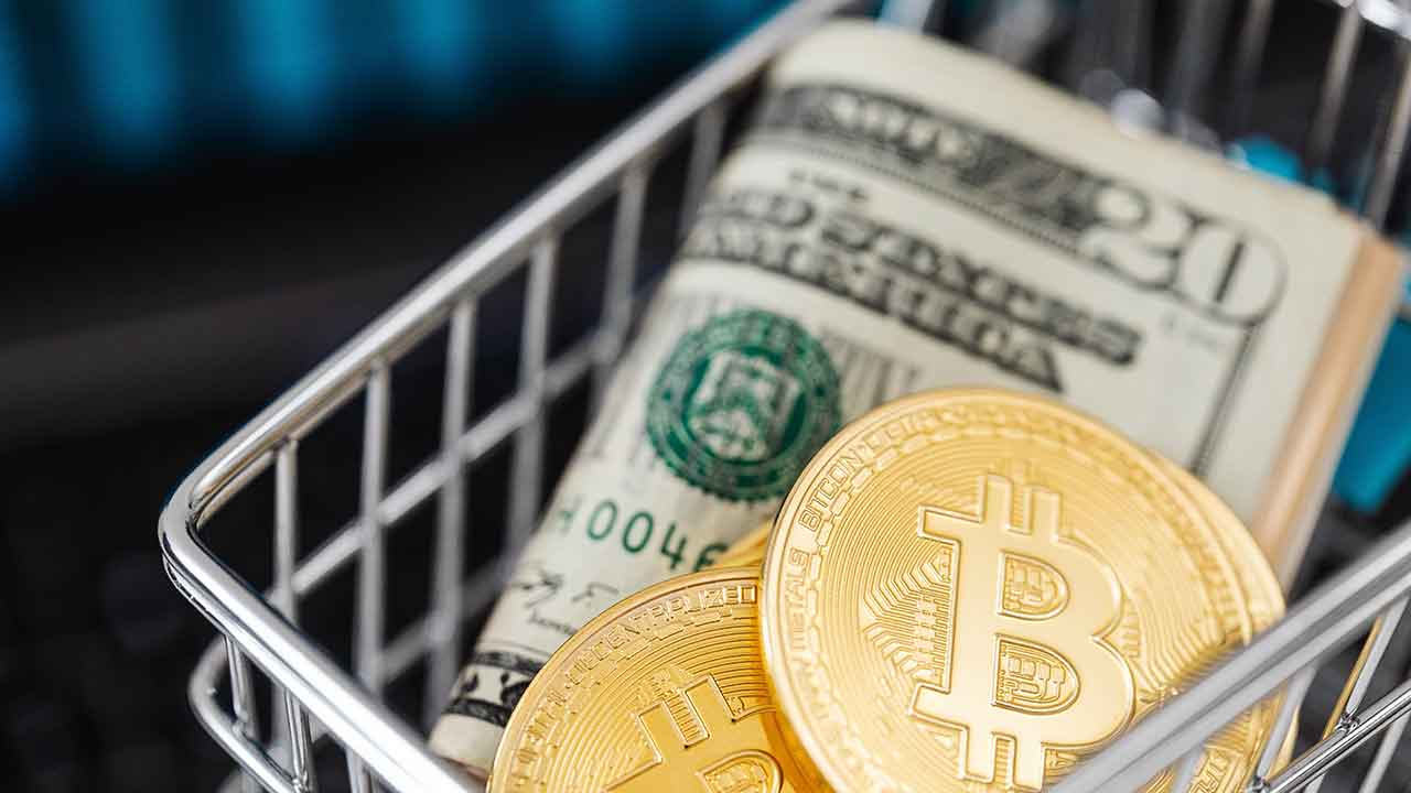 Pildil on Bitcoin ja USA dollarite pakk, mis illustreerib teemat Bitcoin $34 000, Dogecoin päevaga üle 100%