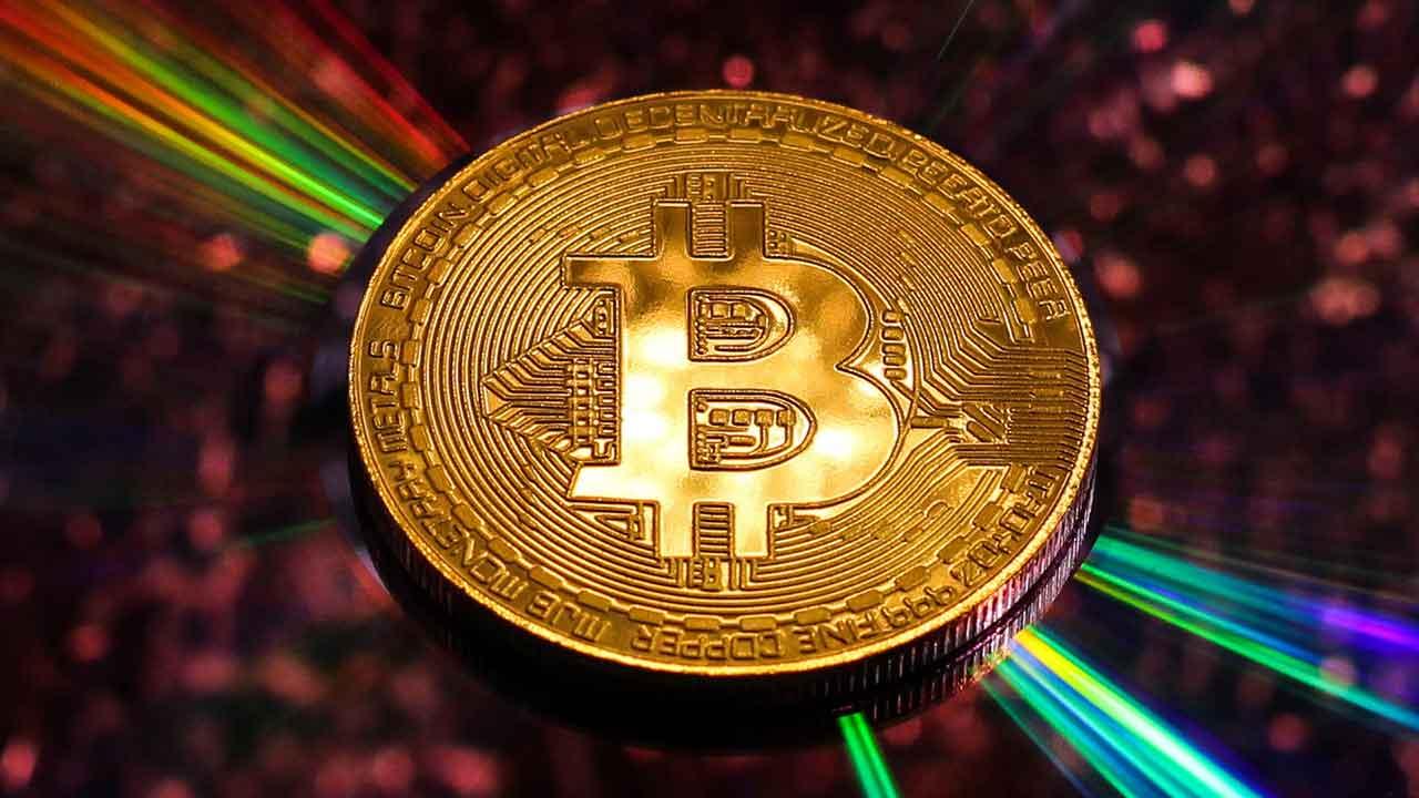 Pildil on Bitcoini münt, mis illustreerib teemat Bitcoini turukapital on triljon dollarit